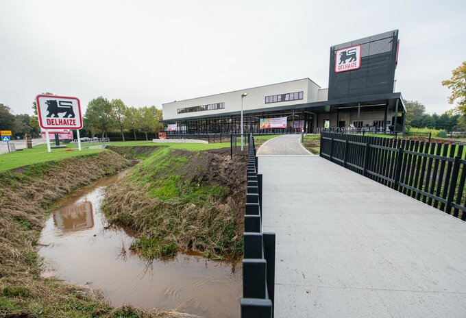 Moderne Delhaize supermarkt in Ekeren