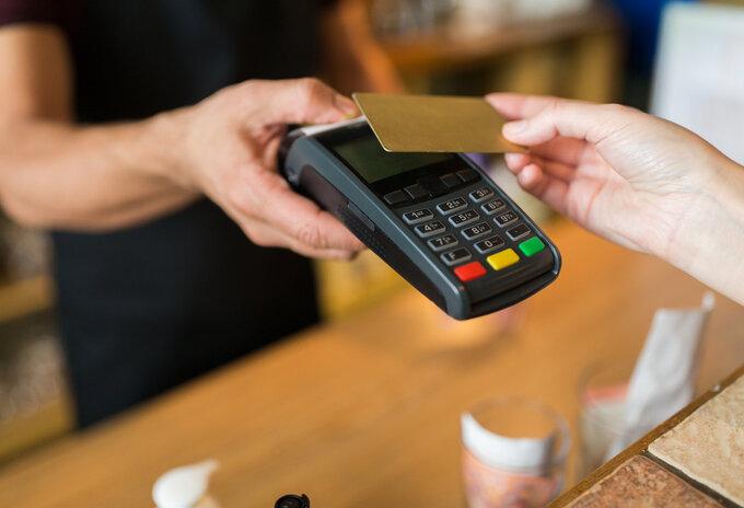 Mag je kosten aanrekenen voor elektronische betalingen?